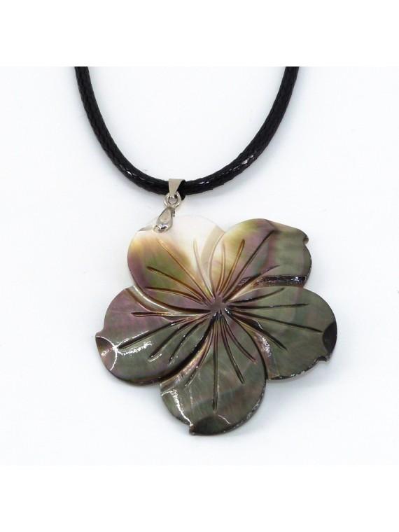 Collier/ pendentif  en nacre gravé hibiscus