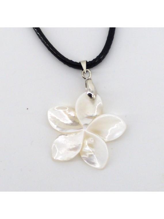 Petit pendentif frangipane en nacre blanche